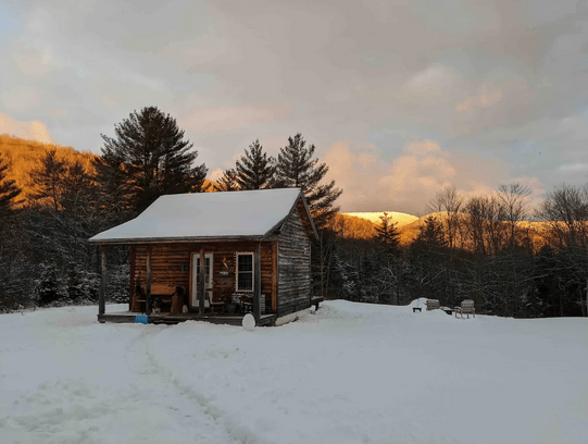 Log Cabin in the woods dog friendly NH